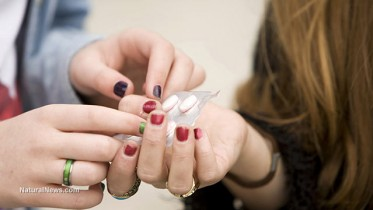 Teenagers-Sharing-Pills-Drugs